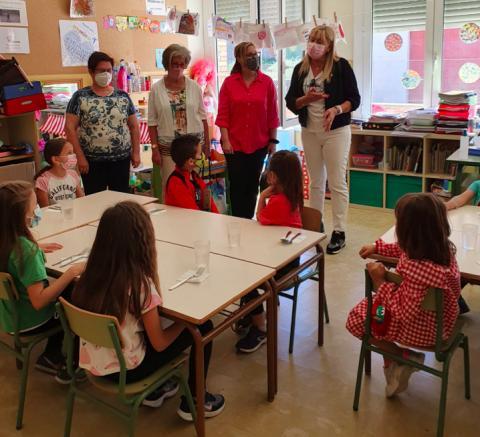 Visita a escola del Segrià. Escola Sant Jaume de La Granja d'Escarp. En la imatge, representants de l'Escola i de l'Ajuntament, amb la responsable de l'Àrea d'Ensenyament del Consell Comarcal del Segrià, Sílvia Olmo.